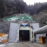 <p>トンネル坑口全景<br />平成28年2月末</p>