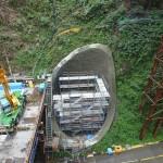 <p>橋脚の基礎工事を行っています<br />平成28年9月末現在</p>